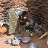 Mke wa Bwana Sawadogo akiandaa chakula baada ya kupata mgao kutoka WFP huko Kaya, nchini Burkina Faso.