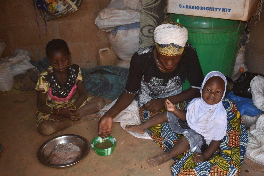 Familia eneo   la Kaya jimbo la Sanmatenge nchini Burkina Faso ikipata mlo baada ya kupokea mgao kutoka WFP.