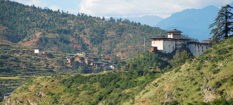 भूटान में बड़ी संख्या में लोग दूरदराज़ के इलाक़ों में रहते हैं.
