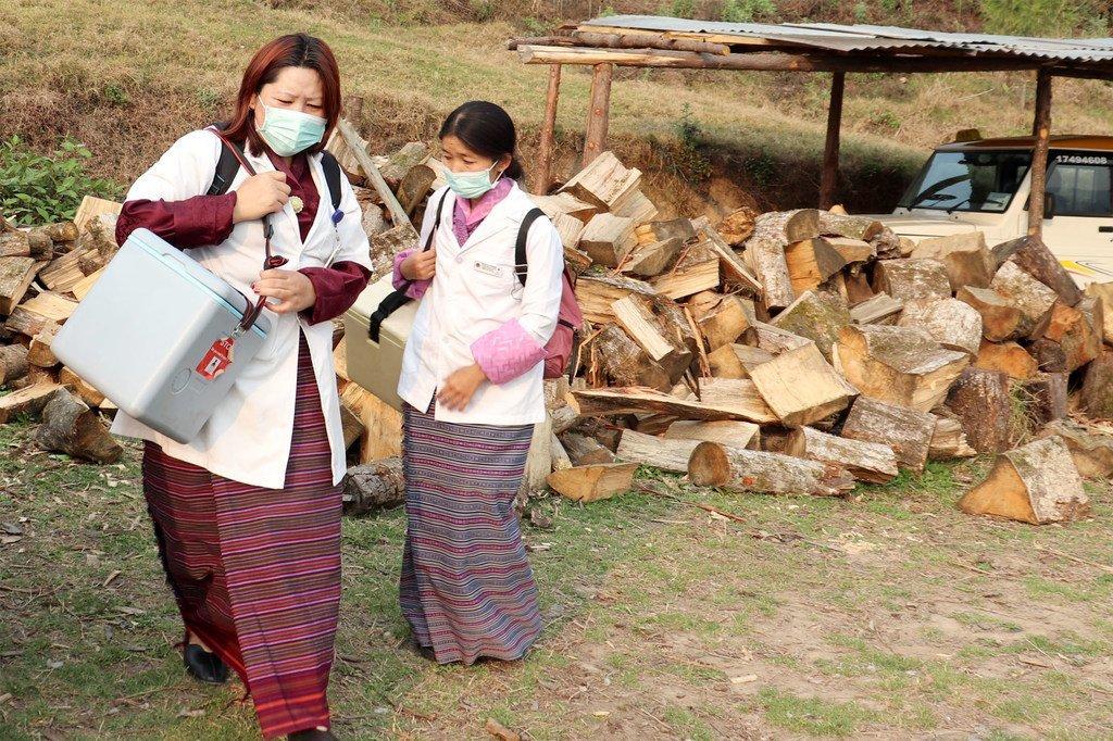 Los auxiliares de salud del hospital de Daga llegan dos horas antes de la apertura de la escuela primaria de Samey en el distrito de Dagana para instalar un centro de vacunación.
