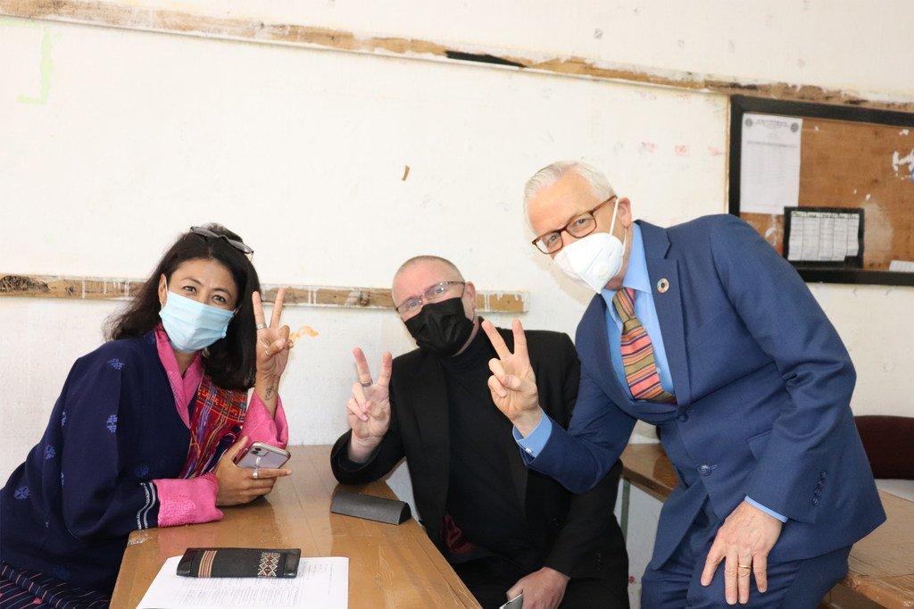 El representante de la ONU en Bután Gerald Daly (derecha), su colega, Will Parks (centro), y su cónyuge en la sala de observación después de recibir la vacuna COVID-19 en Thimphu.