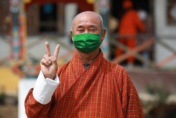 В ООН призывают развитые государства делиться вакцинами с бедными странами. На фото – житель Бутана, получивший прививку от коронавируса