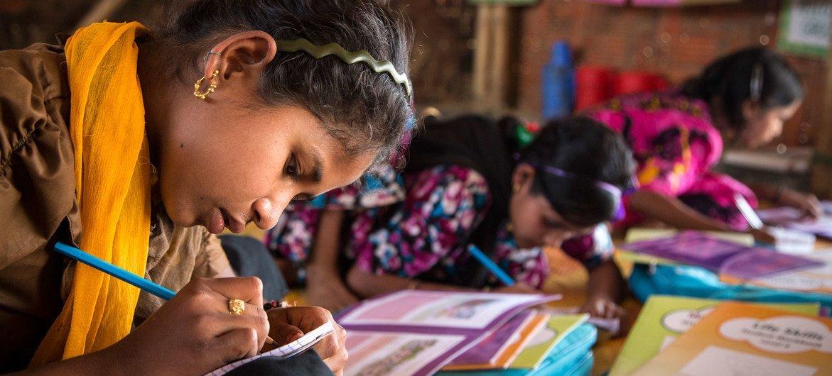बांग्लादेश के कॉक्सेज़ बाज़ार के शरणार्थी शिविर में पढ़ाई करती कुछ बच्चियाँ.