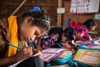 Meninas estudam em assentamento de refugiados em Cox's Bazar, no Bangladesh