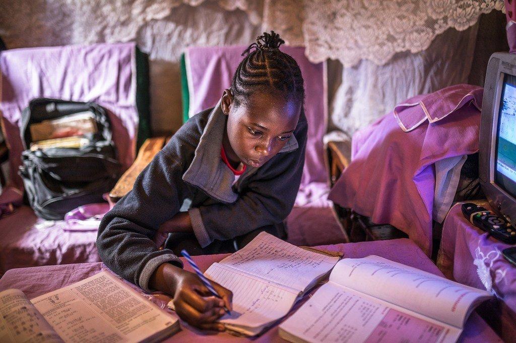 Sheila Achieng, akiwa kwenye masomo yake nyumbani huko Kibera kwenye mji mkuu wa Kenya, Nairobi.