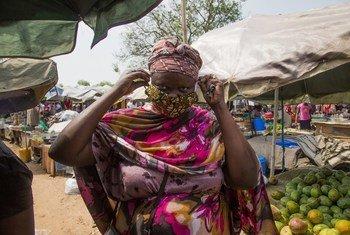 Mkazi huyu wa akiwa eneo la soko la Konyokonyo mjini Juba nchini Sudan Kusini akivalia vizuri barakoa yake kujikinga na virusi vya Corona. UNICEF ilitengeneza barakoa 6,000 na kuzisambaza kwa wanajamii.