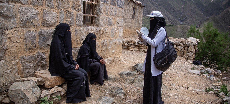 Saba, 23 ans, agent de santé communautaire à Amran, au Yémen, passe ses journées à rencontrer des gens et à les informer sur les informations de santé vitales, y compris la COVID-19.