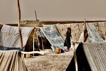 阿富汗北部日益恶化的冲突迫使数以千计的人逃离家园、住在临时营地里。