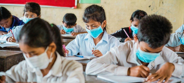 Les élèves d'une école au Cambodge étudient malgré la pandémie de COVID-19.