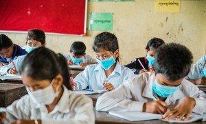 В результате глобального опроса выяснилось, что учащиеся вернулись к очному обучению менее чем в трети стран с низким и средним уровнем доходов. На фото: школа в Камбодже