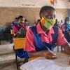 मलावी में, कुछ बच्चे, कोविड-19 महामारी के दौरान स्कूल फिर से खोले जाने पर, शिक्षा प्राप्ति के लिये गए.