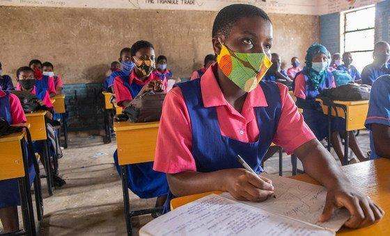 马拉维的一些学生在新冠大流行期间重返校园。