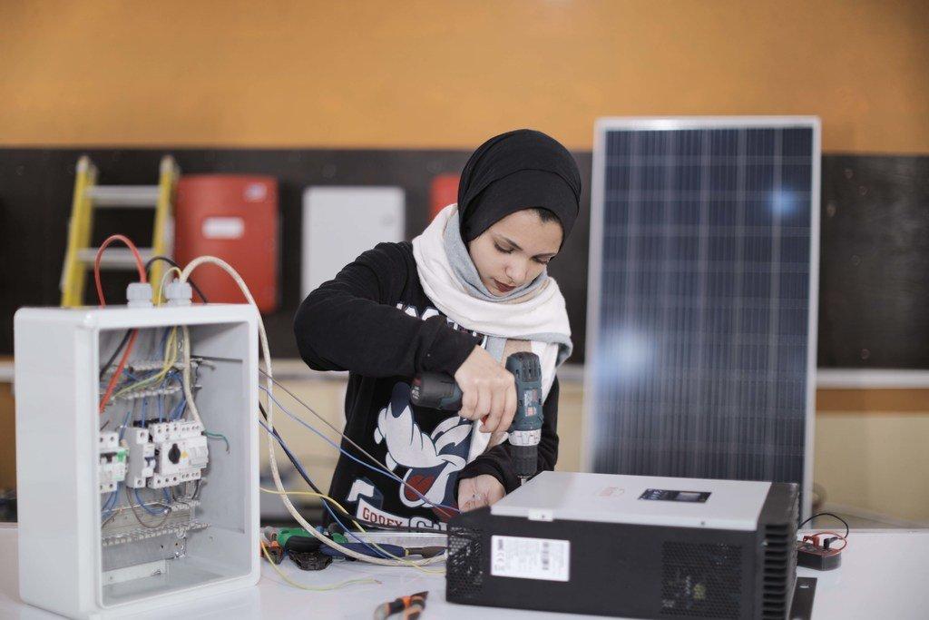 غادة كريم، لاجئة فلسطينية، تتلقى تدريبا مهنيا على تركيب وتشغيل وصيانة وبرمجة أنظمة الطاقة الشمسية الكهروضوئية في GTC.