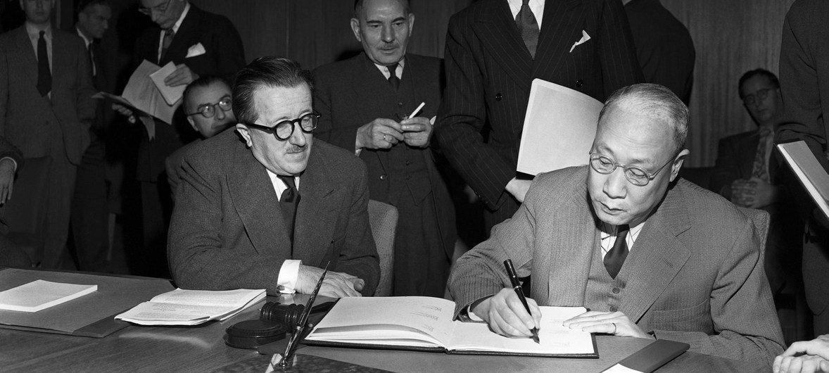 1947年11月,17个联合国成员国共同签署《日内瓦公约》议定书。右一为时任联合国经社理事会代表的张彭春。