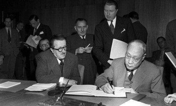 اجتمعت 17 دولة من الدول الأعضاء في الأمم المتحدة في تشرين الثاني/نوفمبر 1947 لتوقيع بروتوكولات لتعديل اتفاقيات جنيف لعامي 1921 و1923 و1933.