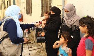El personal humanitario de la ONU distribuye ayuda a las familias en Beirut.