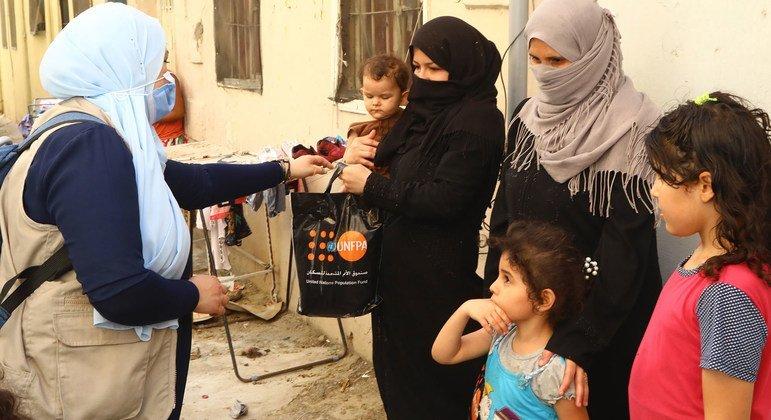صندوق الأمم المتحدة للسكان يوزع حزمات كرامة على النساء في بيروت عقب التفجير المدمر.