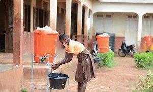加纳一名女孩在课间休息后返回教室前洗手。