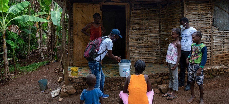 Antes do terremoto, equipe do Unicef visita família em Dame-Marie, no Haiti
