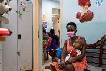 Mtoto wa miaka miwili na mama yake  akisubiri kuonana na Daktari kwa masuala ya Kansa kwa watoto hospitalini Accra, Ghana