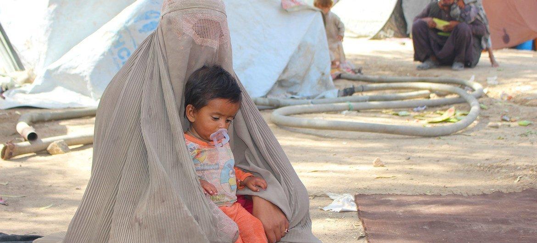 Une mère et son enfant dans le camp de déplacés de Haji à Kandahar, en Afghanistan.