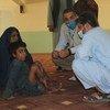 Una madre y su hijo, heridos con quemaduras durante un ataque a su casa, buscan refugio en un campamento para desplazados en Kandahar.