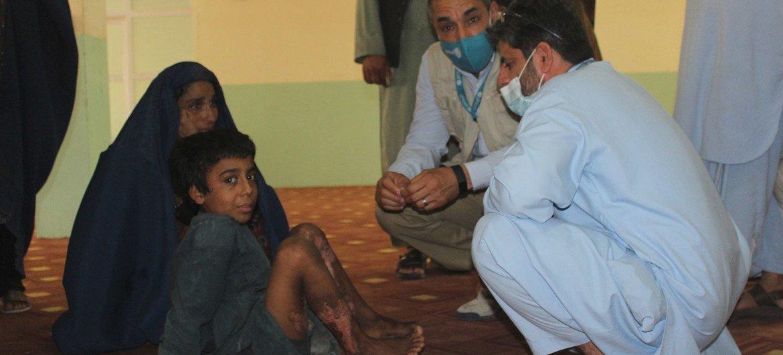 Une mère et son fils, qui ont subi de graves brûlures lors de l'attaque de leur maison, cherchent refuge dans le camp de déplacés de Haji, à Kandahar, en Afghanistan.