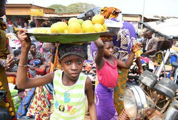 Des enfants travaillant dans un marché à Korhogo, dans le nord-ouest de la Côte d'Ivoire (photo d'archives).