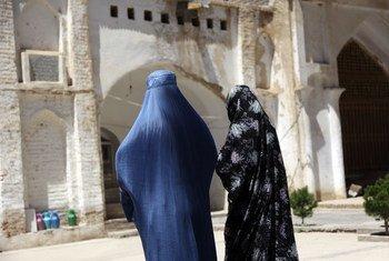 Deux femmes afghanes marchent près d'une ancienne mosquée dans la province occidentale de Herat.