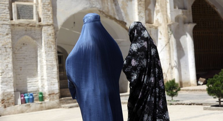 Mulheres afegãs em mesquita
