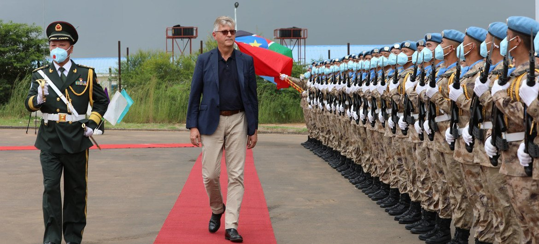 Le Secrétaire général adjoint des Nations Unies pour les opérations de paix, Jean-Pierre Lacroix, inspecte une garde d'honneur fournie par les soldats de la paix chinois à Juba, au Soudan du Sud