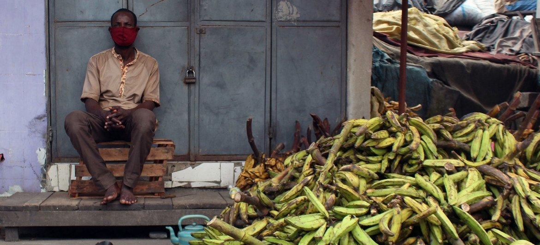 رجل يبيع الموز في أبيدجان، بكوت ديفوار، خلال أزمة جائحة كوفيد-19.