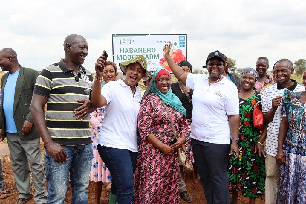 Ujumbe wa UNDP Tanzania ukiwa na wanakikundi wa shamba la mfano la kilimo cha pilipili aina za Habanero kwa ajili ya soko la nje, mkoani Kilimanjaro.