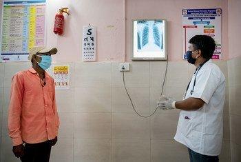 طبيب في الهند يتفحص الصورة الطبقية لأحد المرضى للتأكد من علامات على الإصابة بداء السل أو أي أمراض أخرى في الرئتين.
