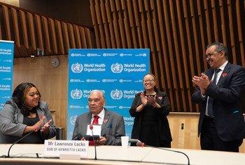 В Женеве глава ВОЗ посмертно вручил премию Генриетте Лакс. На фото ее 87-летний сын