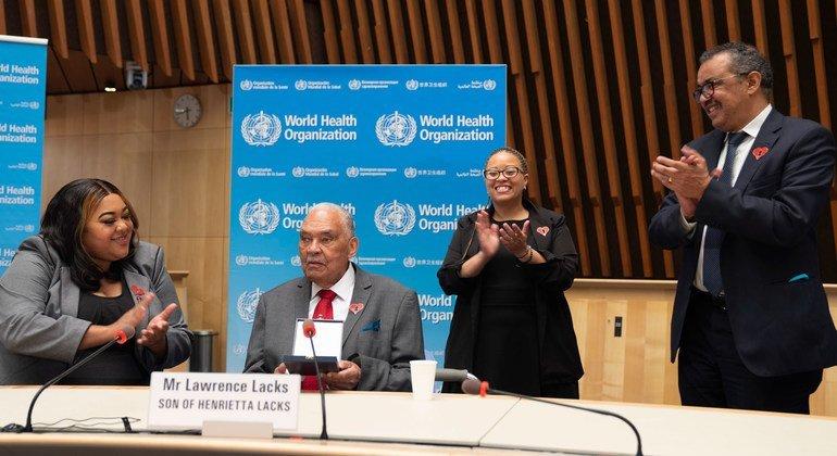 Dr Tedros Adhanom Ghebreyesus accueille la famille d'Henrietta Lacks au siège de l'OMS à Genève.