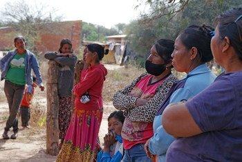 Mujeres de una comunidad indígena en Paraguay esperan para recibir su dosis de la vacuna contra el COVID-19.