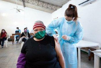 Una mujer recibe una dosis de la vacuna contra el COVID-19 en Uruguay.