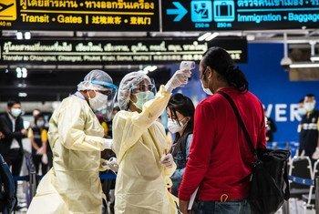 En los aeropuertos, se toma la temperatura a los pasajeros para evitar la propagación del COVID-19