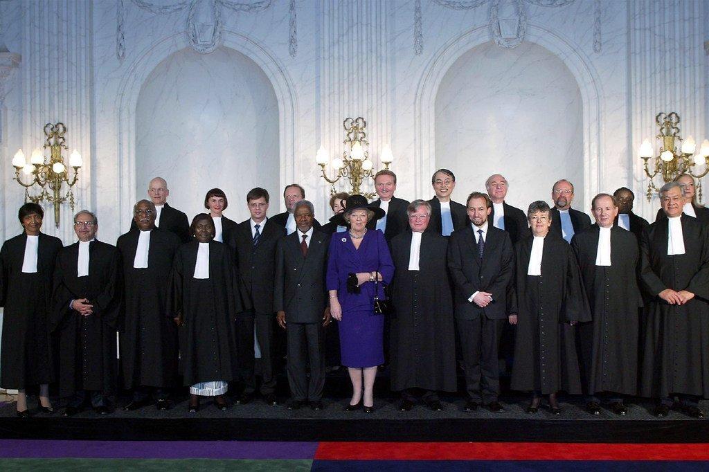 2003年,国际刑事法院首批法官与荷兰女王贝娅特丽克丝(中)及时任联合国秘书长安南、时任联合国人权高专扎伊德合影。