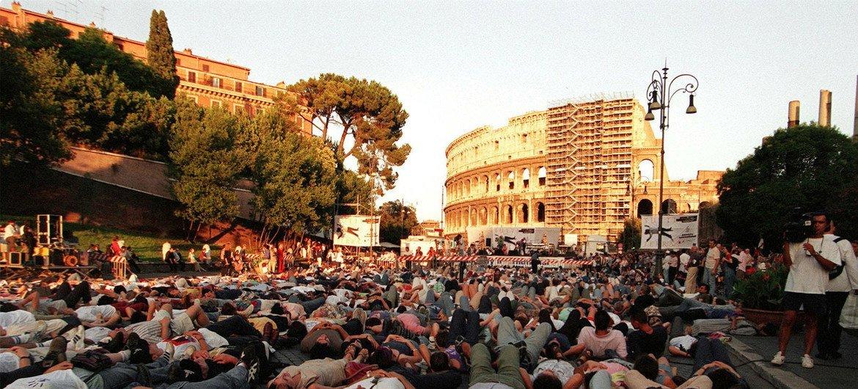 1998年7月,1000名抗议者躺倒在罗马斗兽场外,呼吁和支持《罗马规约》的签署。