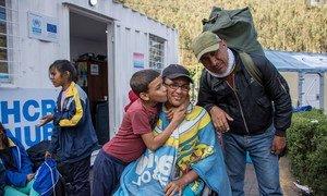 María, na cadeira de rodas, com o marido e o neto. Eles passaram dez dias viajando pela Colômbia, e agora chegam à fronteira com o Equador para se reunir com parentes.