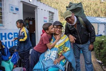 María en fauteuil roulant, avec son mari et son petit-fils, qui a passé dix jours à traverser la Colombie, arrive à la frontière avec l'Équateur juste avant l'entrée en vigueur de la nouvelle loi sur les visas et se rend à Quito pour retrouver ses proches