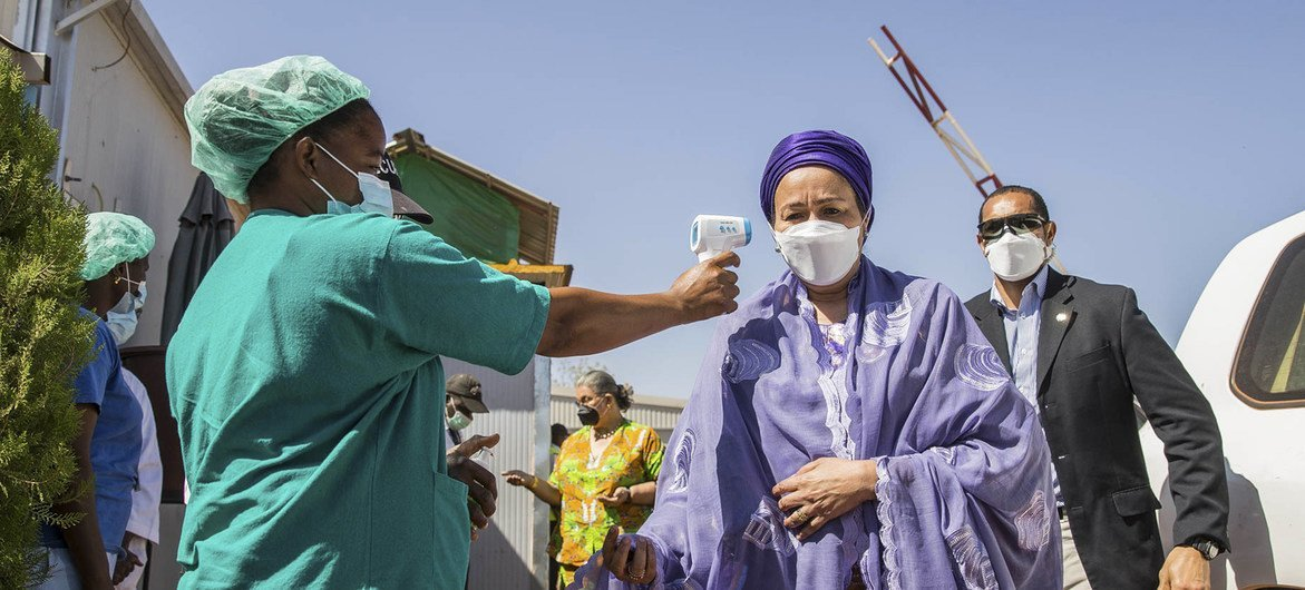 Amina Mohammed, Vice-Secrétaire générale de l'ONU, fait prendre sa température pour dépister les symptômes de la Covid-19 dans l'enceinte de l'ONU à Bamako, au Mali.