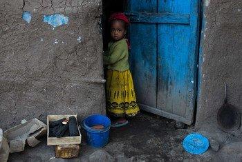 طفلة تقف في منزلها في إقليم تيغراي في إثيوبيا.