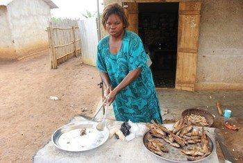 Waisanga Kumbula Mwanamke mchuuzi wa samaki ambaye pia anaugua kisukari akiwa kambini nchini Uganda.