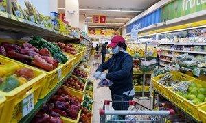 人们在新冠大流行期间购买食品。