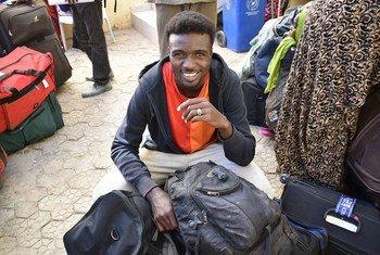 来自苏丹和中非共和国的183名难民中的一名微笑着为他在法国的新生活做准备。