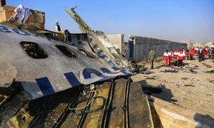 A Téhéran, en Iran, une équipe du Croissant-Rouge iranien et d'autres organisations de secours participent à une opération de transfert de cadavres de l'avion d'Ukraine Airlines abattu le 8 janvier 2020