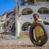 यमन में घरेलू विस्थापन का शिकार एक बच्चा.